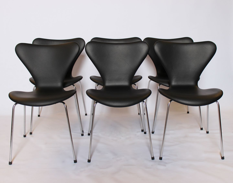 Et sæt af 6 Syver stole, model 3107, designet af Arne Jacobsen og fremstillet hos Fritz Hansen i 1967. 5000m2 udstilling.